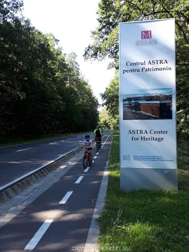 Muzeul Astra din Sibiu, plimbare pe biciclete - Blog de calatorii - ZIGZAG PE HARTĂ - 20180811 100442