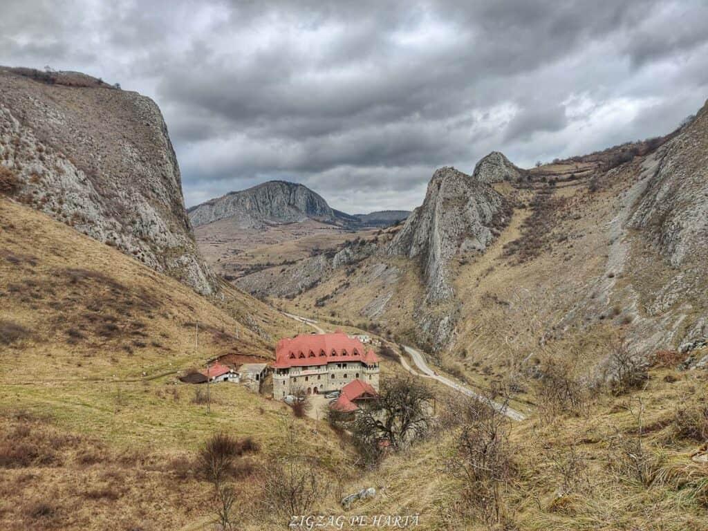 Drumeție pe versantul drept al Cheilor Vălișoarei - Blog de calatorii - ZIGZAG PE HARTĂ - IMG 20210206 144137 01