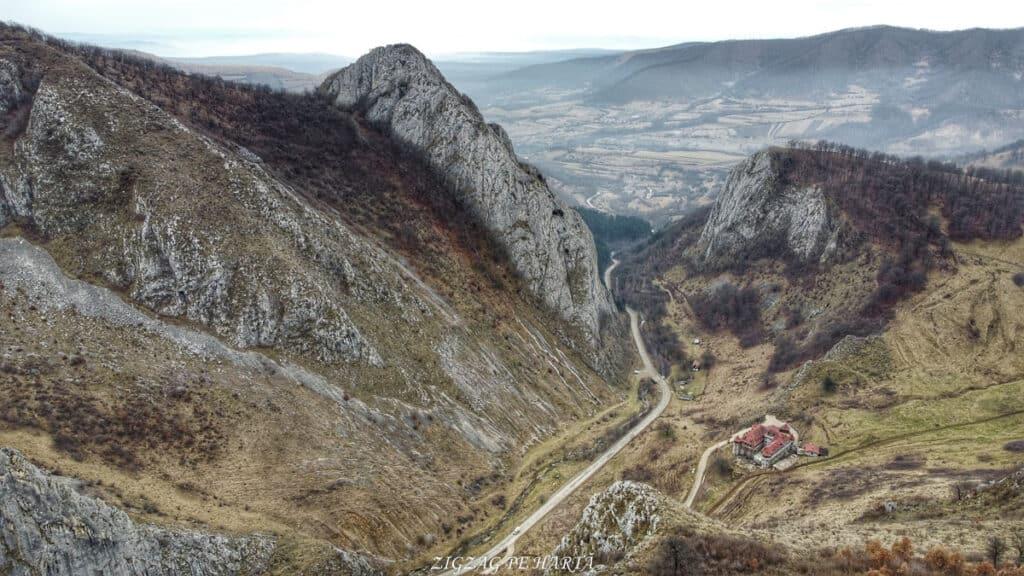 Drumeție pe versantul drept al Cheilor Vălișoarei - Blog de calatorii - ZIGZAG PE HARTĂ - Photo 6554112 DJI 512 jpg 4402505 0 202126125934 photo original 01