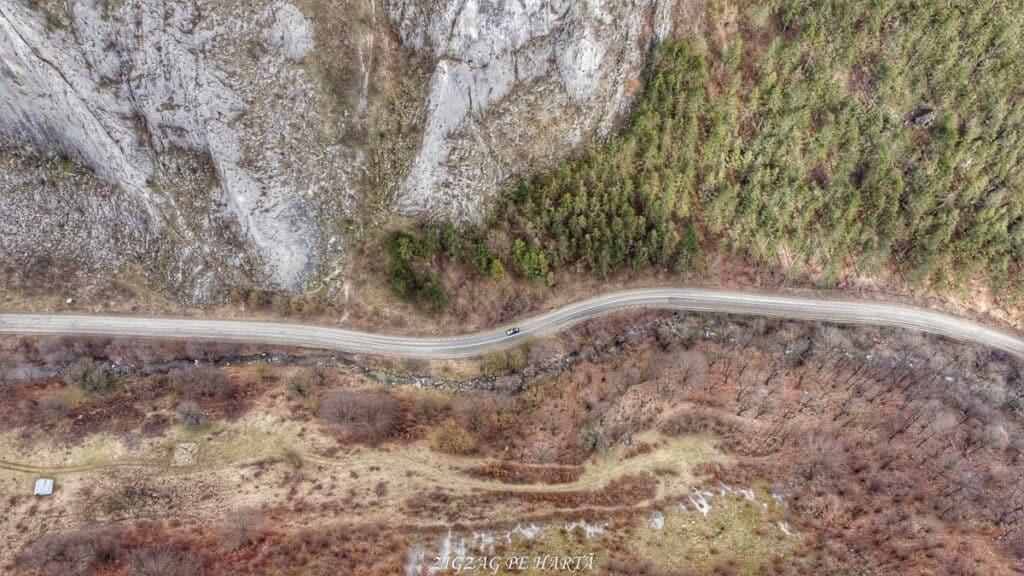 Drumeție pe versantul drept al Cheilor Vălișoarei - Blog de calatorii - ZIGZAG PE HARTĂ - Photo 6554140 DJI 540 jpg 4149345 0 20212614950 photo original 01
