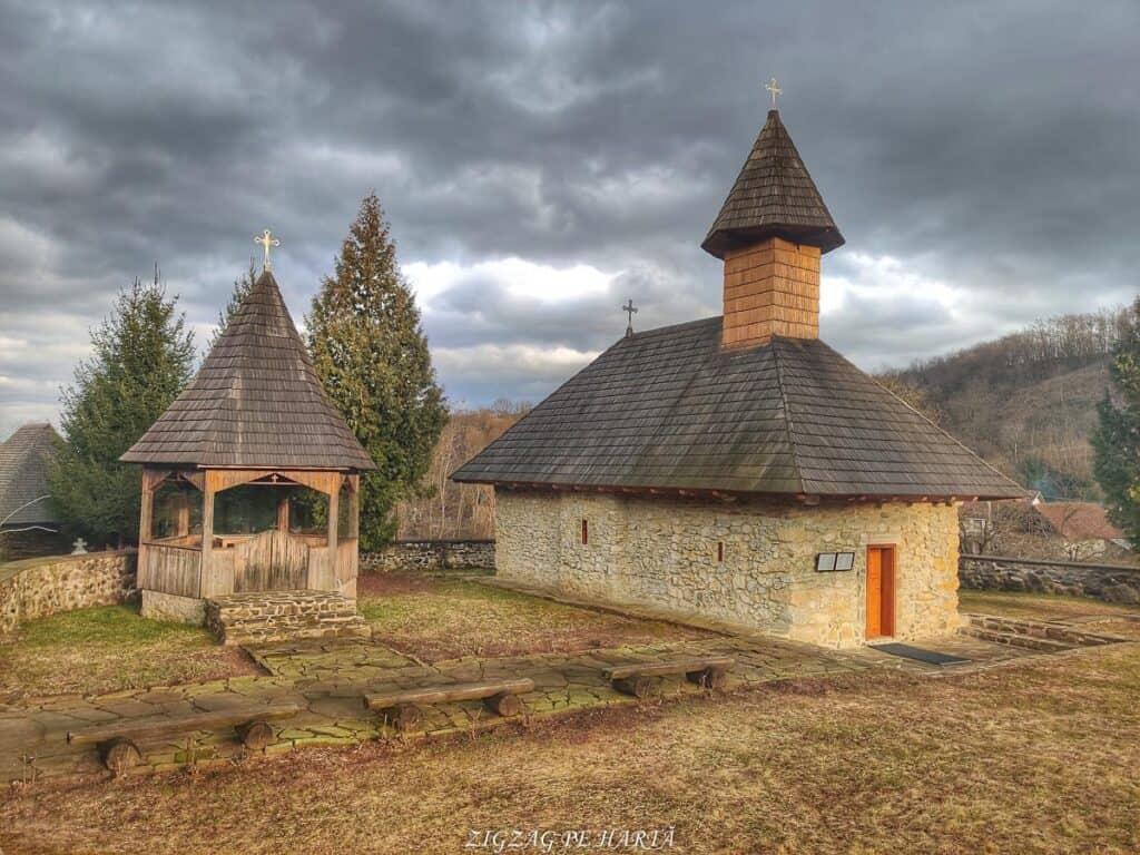 """Mănăstirea """"Sfânta Treime"""" Măgina, construită înainte de anul 1570 - Blog de calatorii - ZIGZAG PE HARTĂ - IMG 20210206 163600 01"""