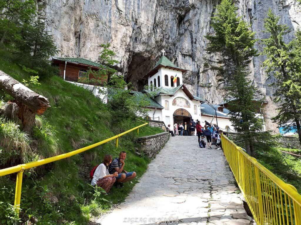 Peștera Ialomiței, un obiectiv turistic spectaculos - Blog de calatorii - ZIGZAG PE HARTĂ - 20190615 141609 1