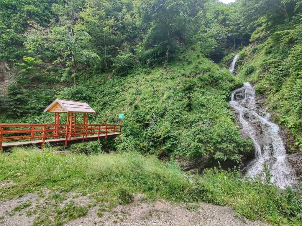 Cascada Cheilor din Valea Cormaia - Blog de calatorii - ZIGZAG PE HARTĂ - IMG 20210627 123804 01