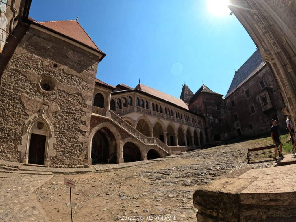 Castelul Corvinilor - Blog de calatorii - ZIGZAG PE HARTĂ - GOPR0892